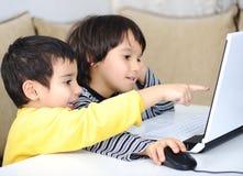 Dzieciństwo, laptop target558_1_, obraz stock