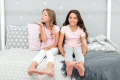 Dzieciństwo przyjaźni pojęcie Dziewczyna najlepszych przyjaciół sleepover domowy przyjęcie Dziewczęcy czas wolny Sleepover czas d fotografia stock