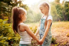 Dzieciństwo, rodzina, przyjaźń i ludzie pojęć, - dwa szczęśliwej dzieciak siostry ściska outdoors Obraz Royalty Free
