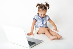 Dzieciństwo w wieku cyfrowym Atrakcyjny małe dziecko kicha oczy i zamykać, spojrzenia zestrzela, siedzi blisko przenośnego laptop zdjęcie royalty free