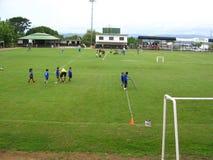 Dzieci ćwiczy piłkę nożną na sądzie w Puerto Ordaz mieście, Wenezuela zdjęcia royalty free
