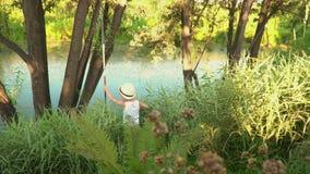 Dzieci łowią na banku staw Dwa małego rybaka na połowie Młodsi bracia iść od wybrzeża jezioro zdjęcie wideo