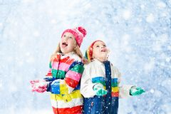 dzieci śnieg Dziecko sztuka outdoors w zima opadzie śniegu zdjęcie stock