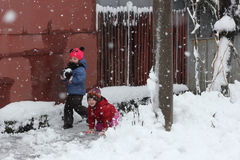 dzieci śnieg grać Zdjęcia Royalty Free