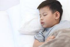 Dzieci śpią na sypialni, Azjatycki chłopiec dosypianie na sypialni Obrazy Royalty Free