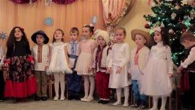 Dzieci śpiewają kolęda w dziecinu zdjęcie wideo