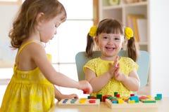 Dzieci żartują sztukę z edukacyjnymi zabawkami, ułożenie i sortować barwimy i kształtujemy Uczyć się przez doświadczenia poczęcia Fotografia Royalty Free