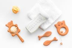 Dzieci akcesoria Drewniane zabawki, pacyfikator i butelka na białego tła odgórnym widoku, obrazy royalty free