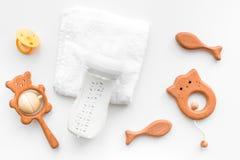 Dzieci akcesoria Drewniane zabawki, pacyfikator i butelka na białego tła odgórnym widoku, fotografia royalty free