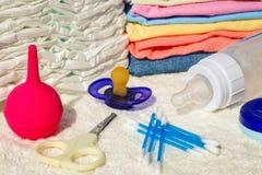 Dzieci akcesoria: pacyfikator, butelka mleko, rozporządzalne pieluszki, nożyce, odziewa, enema, bawełniany mop fotografia royalty free