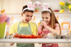 Dzieci barwi jajka dla Wielkanocnego świętowania Obraz Stock