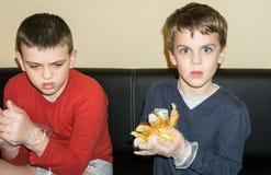 Dzieci barwią Wielkanocnych jajek braci Zdjęcie Stock