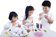Dzieci Barwi Wielkanocnych jajka obraz royalty free