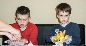 Dzieci barwią Wielkanocnych jajka Fotografia Stock