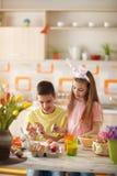 Dzieci Barwi Wielkanocnych jajka Obrazy Royalty Free