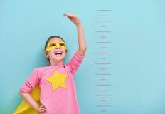 Dzieci bawią się bohater obraz royalty free