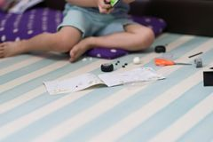 dzieci bawią się cegieł zabawka podąża instrukci książkę obrazy royalty free
