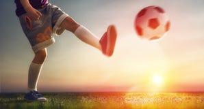 Dzieci bawią się futbolowi Zdjęcia Royalty Free