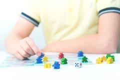 Dzieci bawią się gra planszowa na stole zdjęcia royalty free