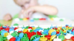 Dzieci bawią się gra rozwijać motorowe umiejętności, zbierają projektant multicolor mozaikę dla dzieci, rozwój zbiory