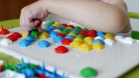 Dzieci bawią się gra rozwija motility, zbierają projektant multicolor mozaikę dla dzieci, rozwój główkowanie zdjęcie wideo