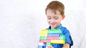 Dzieci bawią się gry z kolorów blokami na białym tle