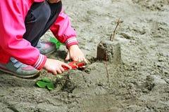 Dzieci bawią się na boisku w ciepłym sezonie Obraz Stock