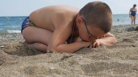 Dzieci bawią się na plaży dziecko w piasek falach łama na brzeg Mężczyzna jest nierady ponieważ no był zdjęcie wideo