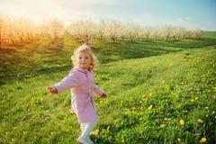 Dzieci bawią się na wiosna gazonie Zdjęcia Royalty Free