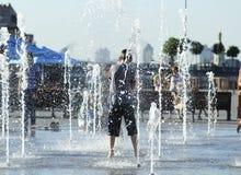 Dzieci bawią się w fontannie zdjęcia stock