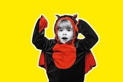 Dzieci bawią się w kostiumowym Dracula Halloweenowa dekoracja i straszny pojęcie Halloweenowy szeroki sztandar straszna twarz rek zdjęcia stock