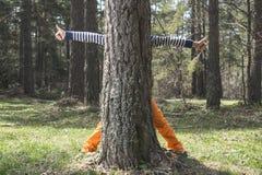 Dzieci bawią się w lesie obraz stock