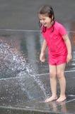 Dzieci bawią się woda z wodną fontanną Obraz Royalty Free