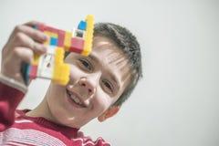 Dzieci bawią się z children konstruktora zabawkami fotografia stock