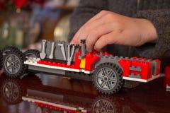 Dzieci bawią się z dziecka ` s projektantem dzieciak bawić się zabawka projektanta samochodu kolekcjonowaniem fotografia royalty free