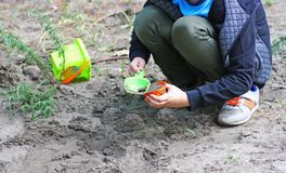 Dzieci bawią się z foremkami w piasku Obrazy Royalty Free