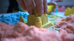 Dzieci bawią się z kleistym piaskiem HD w domu zbiory wideo