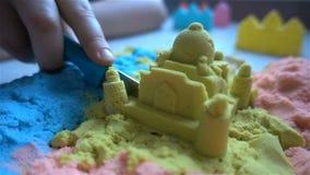 Dzieci bawią się z kleistym piaskiem HD w domu zdjęcie wideo