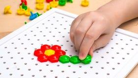 Dzieci bawią się z mozaiką Zdjęcie Stock