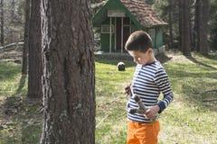 Dzieci bawią się z temblak zabawką zdjęcia royalty free