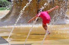 Dzieci bawią się z wodną fontanną Obrazy Royalty Free