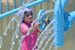 Dzieci bawią się z wodną fontanną w woda parku Obrazy Royalty Free