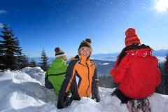 dzieci bawić się śnieg zdjęcie stock