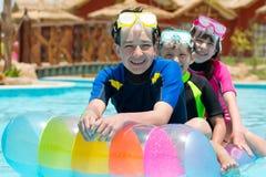 dzieci bawić się basenu zdjęcia stock