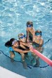 dzieci bawić się basenu holownika wojnę fotografia royalty free