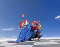 Dzieci bawić się cudownych bohaterów pod jasnym niebem Zdjęcie Royalty Free