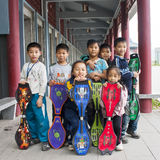 dzieci bawić się deskorolka Obrazy Royalty Free