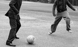 Dzieci bawić się futbol fotografia royalty free
