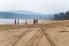 Dzieci bawić się futbol przy Agonda plażą przy Goa, India Obraz Royalty Free