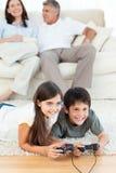 Dzieci bawić się gra wideo obraz royalty free
